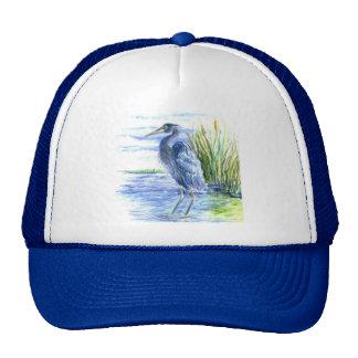 La garza de gran azul vadea en el pantano gorros