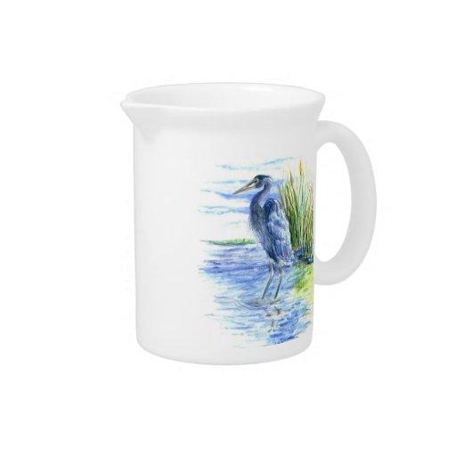 La garza de gran azul vadea en el pantano jarrón