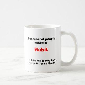 La gente acertada hace un hábito taza de café