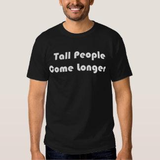 La gente alta viene una camiseta negra más larga remeras