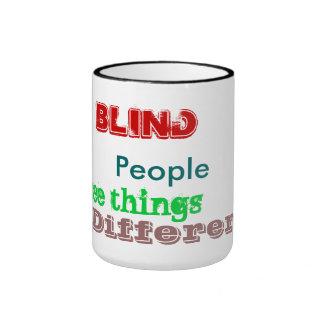 La gente ciega ve la taza