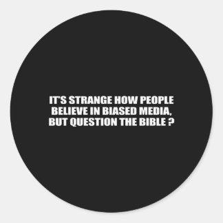La gente cree en medios en polarización negativa p pegatinas redondas