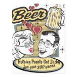 La gente de ayuda de la cerveza consigue afortunad postal