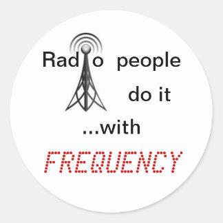 La gente de radio lo hace con FRECUENCIA Pegatina Redonda