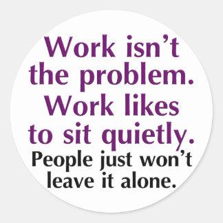 La gente debe dejar el trabajo solo pegatina redonda