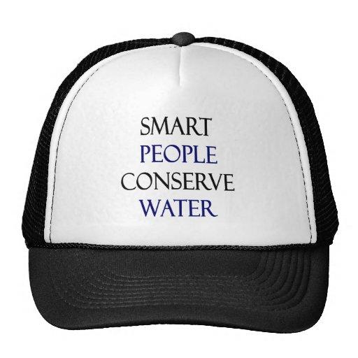 La gente elegante conserva el agua gorro de camionero