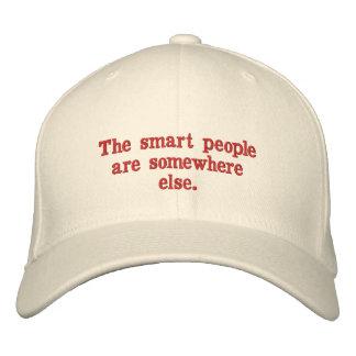 La gente elegante es en alguna parte otra gorra bordada