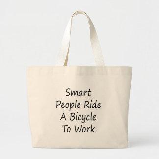 La gente elegante monta una bicicleta para trabaja bolsa