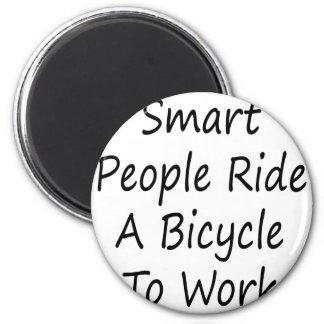 La gente elegante monta una bicicleta para trabaja imán redondo 5 cm