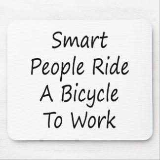 La gente elegante monta una bicicleta para trabaja mousepads