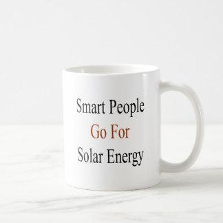 La gente elegante va para la energía solar taza de café