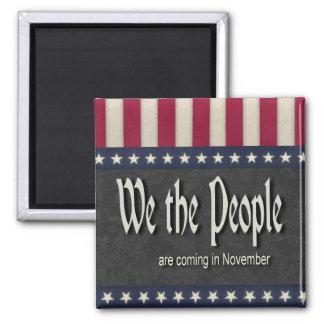 La gente estamos viniendo en noviembre imán cuadrado