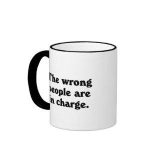 La gente incorrecta es responsable tazas de café
