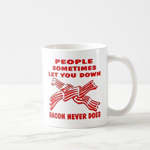 La gente le dejó abajo tocino nunca hace tazas de café