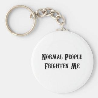 La gente normal me asusta llavero personalizado