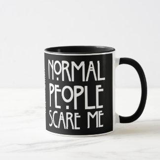La gente normal me asusta - taza negra del fondo