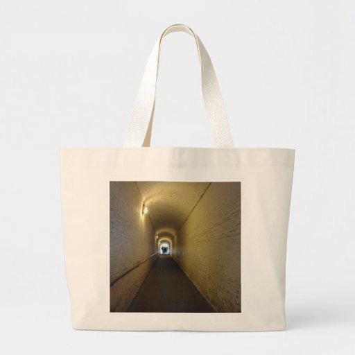 La gente que camina abajo del túnel en Dover se Bolsa Lienzo