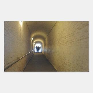 La gente que camina abajo del túnel en Dover se Rectangular Pegatinas