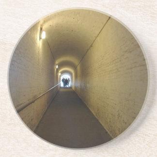 La gente que camina abajo del túnel en Dover se Posavasos Personalizados