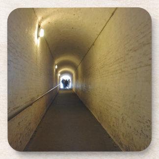La gente que camina abajo del túnel en Dover se Posavaso