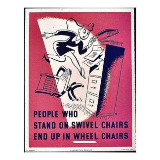 La gente que se coloca en sillas de eslabón girato tarjetas informativas