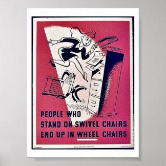 La gente que se coloca en sillas de eslabón girato poster