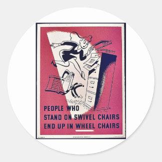 La gente que se coloca en sillas de eslabón girato etiquetas