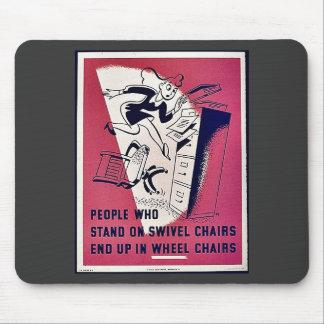 La gente que se coloca en sillas de eslabón girato tapete de ratón