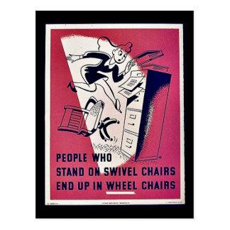 La gente que se coloca en sillas de eslabón girato tarjetas postales