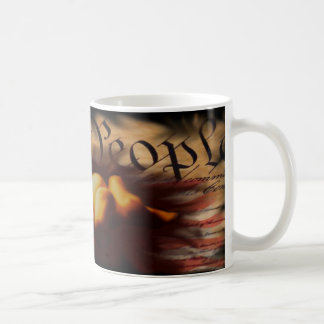 La gente rogamos la taza de café