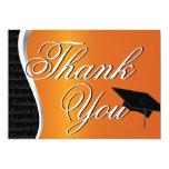 La graduación anaranjada y negra le agradece invitación