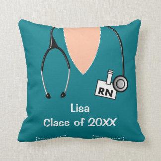 La graduación de la enfermera friega el trullo cojín decorativo