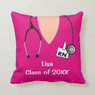 La graduación de la enfermera friega la almohada