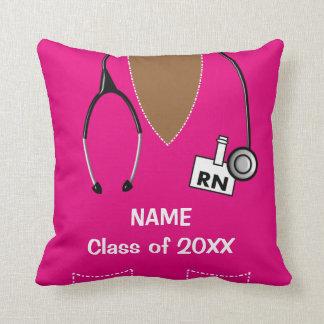 La graduación de la enfermera friega la magenta almohadas