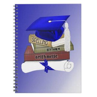 La graduación reserva el casquillo y el diploma, note book