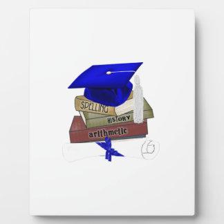 La graduación reserva el casquillo y el diploma, placas con foto