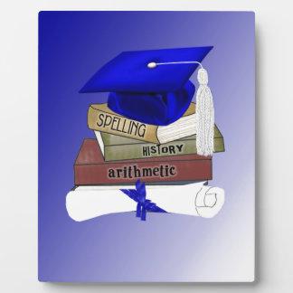 La graduación reserva el casquillo y el diploma, placas