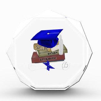 La graduación reserva el casquillo y el diploma,