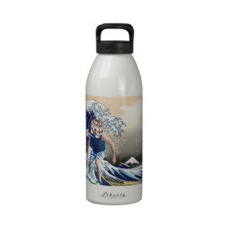 La gran onda de la persona que practica surf del t botallas de agua