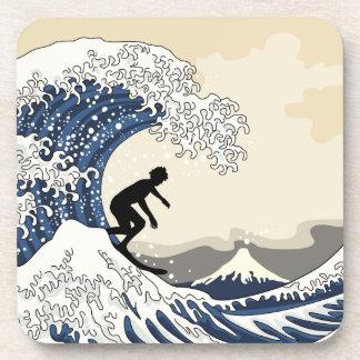 La gran persona que practica surf de Kanagawa Posavasos De Bebida