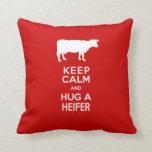 La granja lechera guarda calma y abraza una novill cojin