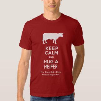 La granja lechera guarda calma y abraza una playera