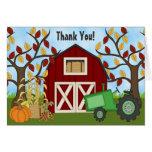 La granja verde linda del otoño del tractor y del tarjeta pequeña