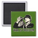 La guerra es libertad iman de frigorífico
