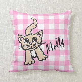 La guinga modeló la almohada rosada y blanca del g