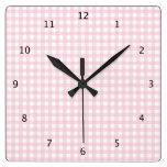La guinga rosada y blanca comprueba el modelo del  reloj