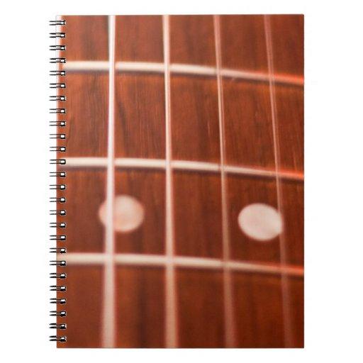 La guitarra ata el cuaderno