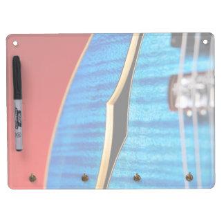 La guitarra azul horizontal seca al tablero del bo pizarra blanca
