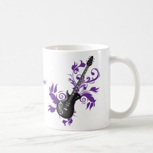 La guitarra eléctrica en púrpura sale de productos tazas de café