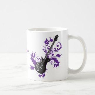 La guitarra eléctrica en púrpura sale de productos taza de café